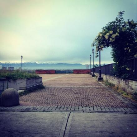 MONCALIERI - Con la bella stagione ritorna il problema vandali sulla piazzetta del multipiano