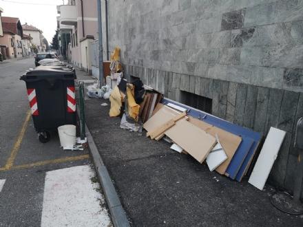 NICHELINO - Altra discarica a cielo aperto in città: via Sassari invasa dai rifiuti