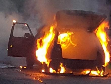 VIRLE - Va a fuoco lauto mentre guida, si salva per un pelo