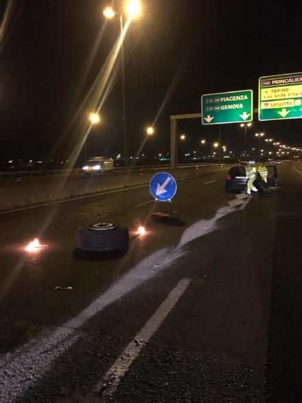 MONCALIERI - Si stacca una ruota da un tir e colpisce unauto in tangenziale: due feriti