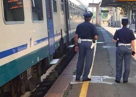 MONCALIERI - Lancia pietre agli operatori della Polfer: arrestato