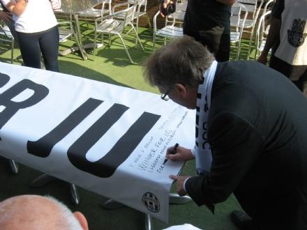 MONCALIERI - Parte dallo Juventus Club cittadino uno striscione che arriverà fino a Cardiff
