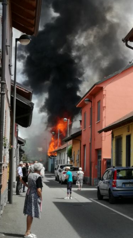 BEINASCO - Magazzino in fiamme a Borgaretto, paura nella frazione