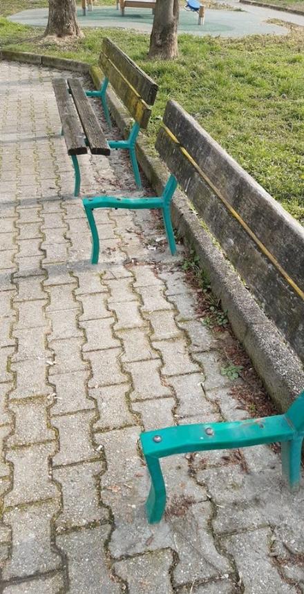 LA LOGGIA - Panchine pubbliche vandalizzate e a pezzi: si aspetta la manutenzione