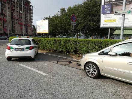 NICHELINO - Incidente tra auto e monopattino nella rotatoria Delle Alpi
