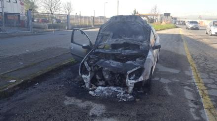 NICHELINO - Paura nella notte al Debouchè, auto prende fuoco in marcia