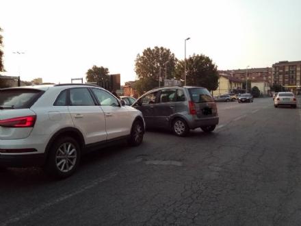 MONCALIERI - Fioccano le inversioni a U in strada Carignano. Incidente questa mattina