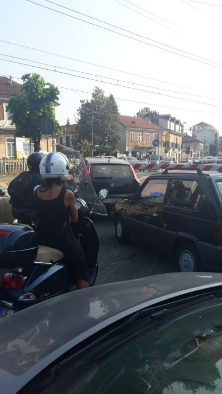 NICHELINO - Caos e lunghe code al passaggio a livello di via Torino, guasto al sistema