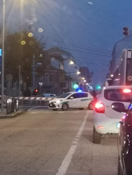 NICHELINO - Due auto incastrate nel passaggio a livello: caos sulla rete stradale e ferroviaria di tutta la zona