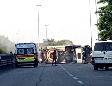 RIVALTA - Camion si ribalta e sbatte contro quattro auto: incidente e caos sulla provinciale