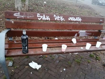 NICHELINO - Gli incivili in zona mercato trasformano la panchina in una pattumiera