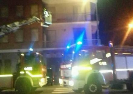 CARMAGNOLA - Paura nella notte per un incendio in un palazzo
