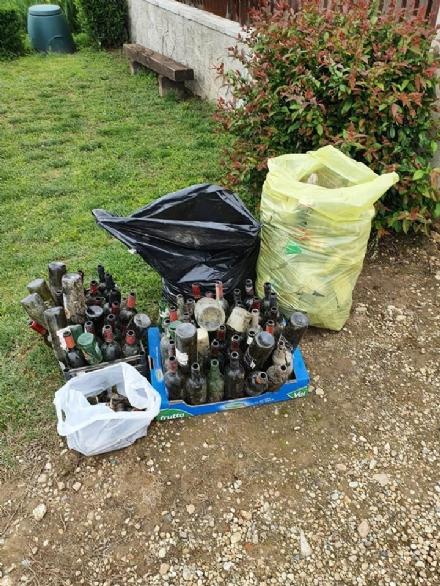 CARIGNANO - Marito e moglie puliscono i fossati attorno a casa e trovano 80 bottiglie di vetro