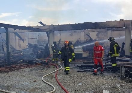 BEINASCO - Incendio nel deposito di unimpresa di costruzioni a Borgaretto: tanta paura, ma nessun ferito