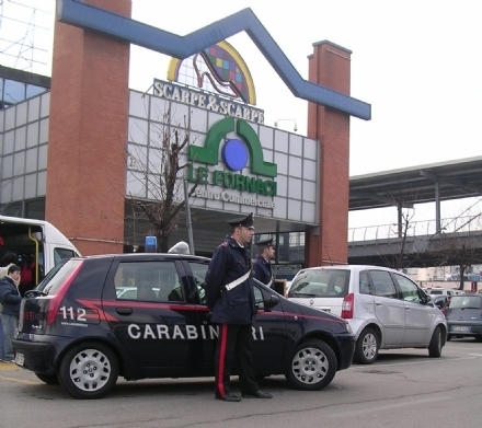 BEINASCO - Taccheggiatrice bloccata fuori dal Globo dai carabinieri