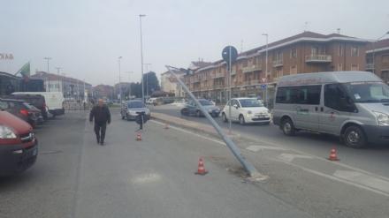 MONCALIERI - Abbatte il palo della luce e fugge: caccia a un camion