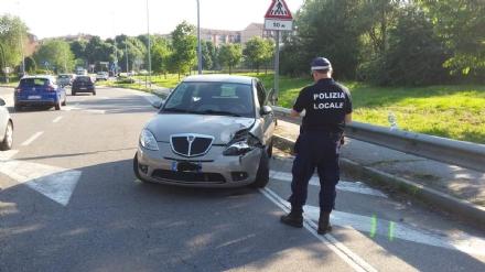 NICHELINO - Incidente stradale sul ponte, ferita una ragazza