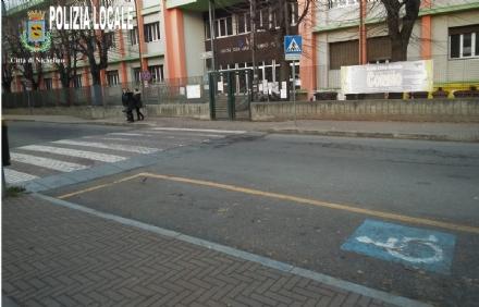 NICHELINO - Parcheggia lauto nel posto disabili per accompagnare la figlia a scuola: multata