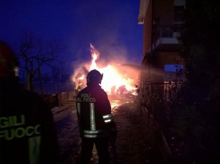 CARMAGNOLA - Incendio in una cascina di via del Porto: preoccupazione per le bombole Gpl
