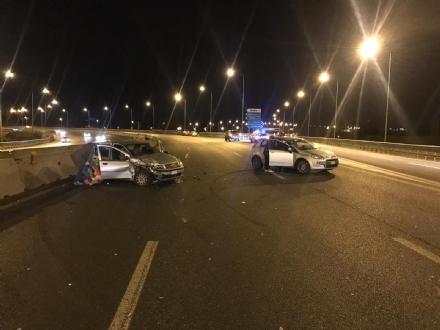 CAOS IN TANGENZIALE - Rivaltese perde il carico dal camion e provoca quattro feriti
