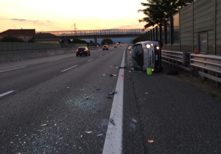 NICHELINO - Incidente sulla tangenziale: auto ruote allaria, ferita una donna - FOTO