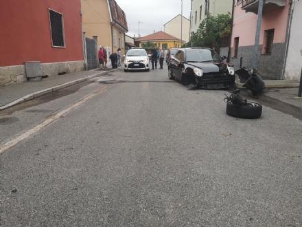 NICHELINO - Sfascia due auto in sosta con la sua e poi fugge a piedi