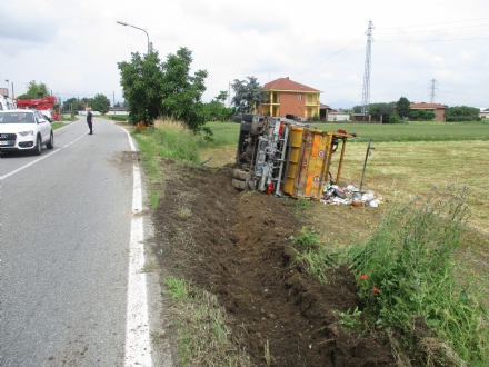 NICHELINO - Perde il controllo del camioncino raccolta rifiuti e si ribalta