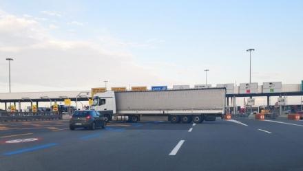 TROFARELLO - Camion sbaglia manovra e resta di traverso di fronte al casello