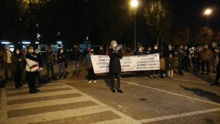 CARMAGNOLA - La manifestazione dei commercianti in piazza IV Martiri: Lavorare, nostro diritto