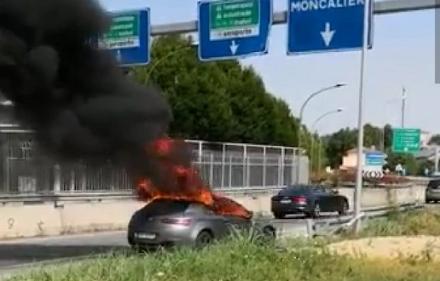 MONCALIERI - Auto va a fuoco mentre viaggia: salvo il conducente