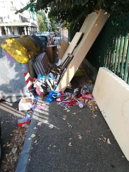 NICHELINO - I rifiuti abbandonati dai maleducati bloccano via Toti