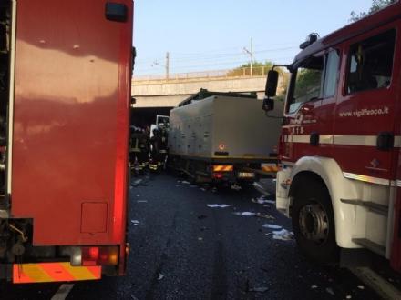 INCIDENTE SULLA TANGENZIALE - Scontro tra due camion al Sito, caos e code chilometriche - FOTO