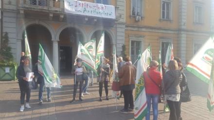 NICHELINO - Le addette alle pulizie delle scuole manifestano sotto il Comune