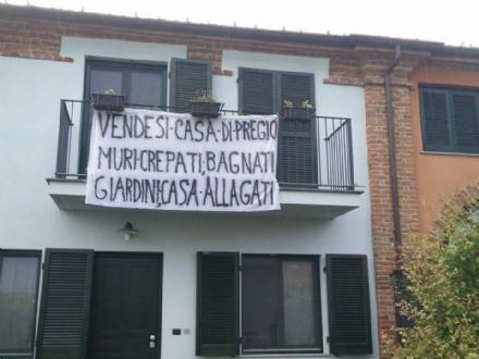 MONCALIERI - La protesta di un casolare a Tetti Piatti: «Raggirati ed alluvionati»
