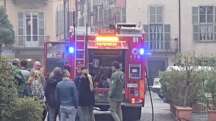 MONCALIERI - Scoppia un incendio in pieno centro, traffico bloccato - FOTO