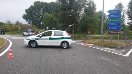 BEINASCO - Circonvallazione di Borgaretto chiusa per un lungo sversamento di olio e carburante