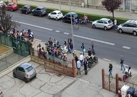 MONCALIERI - I biker e gli amici di Marco sul punto della tragedia