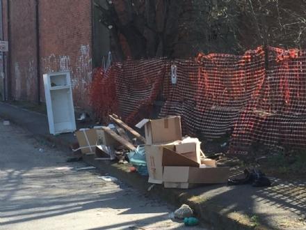 MONCALIERI - La ex Firsat viene chiusa, ma gli abbandoni di rifiuti continuano sulla strada
