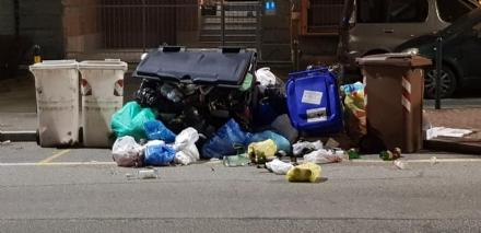MONCALIERI - Vandali ribaltano i cassonetti stracolmi di rifiuti