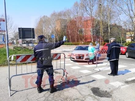 NICHELINO - Tamponi in auto davanti al poliambulatorio per controllare se i positivi al virus sono guariti