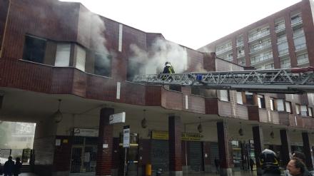MONCALIERI - Incendio a borgo San Pietro: distrutto un appartamento in corso Roma. Un secondo alloggio danneggiato dal fumo