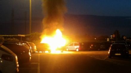 MONCALIERI - Paura al parcheggio del 45esimo parallelo: a fuoco due auto