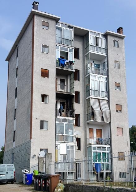 VINOVO - In fiamme un alloggio a Garino. Evacuata una palazzina di 6 piani in via Sestriere