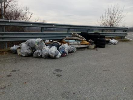 RIVALTA - Pneumatici, spazzatura e materassi nel canale che sfocia nel Sangone