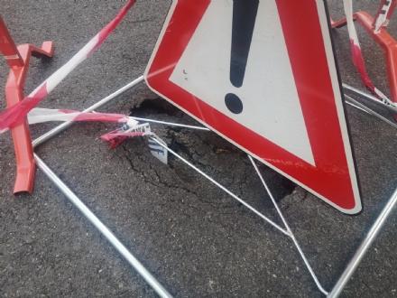 NICHELINO - Nuovo cedimento dellasfalto in città: maxi buca in via Alighieri