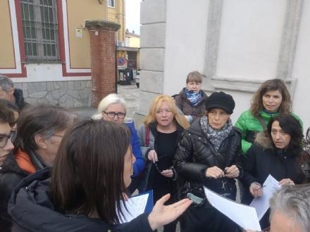BRUINO - La protesta in piazza dei genitori, per i disagi sul trasporto pubblico verso le scuole