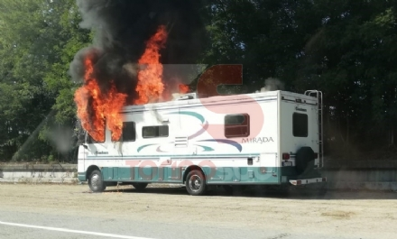 LA LOGGIA - Camper prende fuoco durante la marcia: conducente in salvo - FOTO