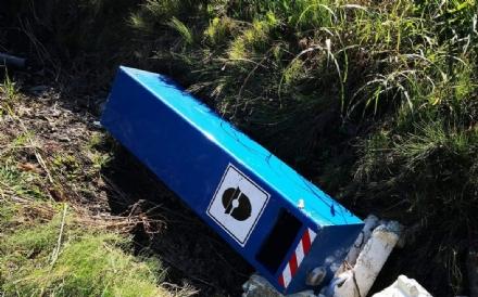 CARMAGNOLA - Un box blu per il controllo velocità abbattuto dai vandali
