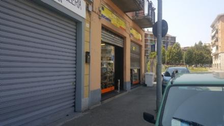 MONCALIERI - Ennesimo colpo dei ladri di monetine. Sfondata la vetrina di La Mama in via Cavour