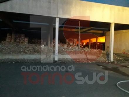CANDIOLO - Maxi incendio nellex mattatoio al confine con None